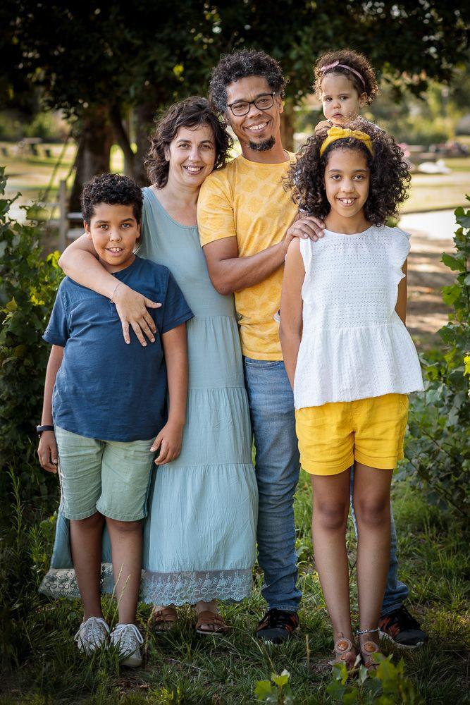 Fotografia de família com pais e irmãos coimbra e condeixa